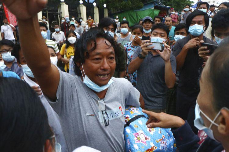 Seorang pria mengangkat tangannya setelah berjalan keluar dari Penjara Insein di Yangon, Myanmar, Rabu, 30 Juni 2021.