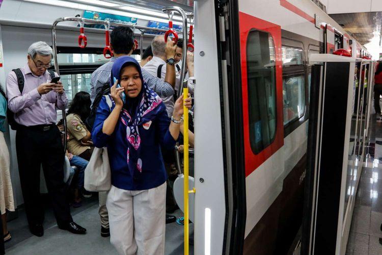 Warga menjajal Light Rail Transit (LRT) Jakarta saat uji coba di Stasiun Velodrome, Jakarta, Rabu (12/9/2018). LRT rute Velodrome hingga Kelapa Gading tersebut sedang dilakukan uji coba terbatas tahap I yang berlangsung hingga 14 September 2018.