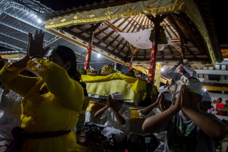 Umat Hindu memanjatkan doa saat mengikuti sembahyang perayaan hari raya Galungan di Pura Indra Prasta, Mutihan, Solo, Jawa Tengah, Rabu (1/11/2017). Upacara Hari Raya Galungan tersebut merupakan perayaan hari kemenangan kebenaran (dharma) atas kejahatan (adharma).
