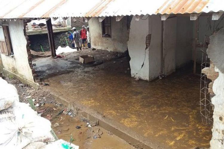 Banjir akibat tanggul jebol di Kasiran Mlipak Wonosobo menjebol rumah dan menghanyutkan seorang warga.