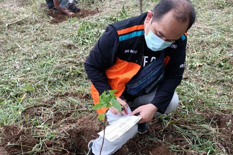 Kegiatan penanaman pohon oleh BNI di Hutan Organik, Megamendung, Bogor, Jawa Barat, Sabtu (19/6/2021).