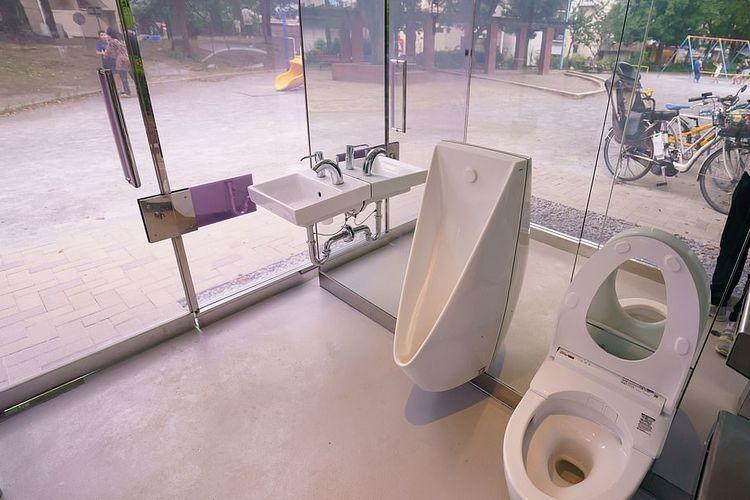 Toilet umum transparan di Jepang, yang terletak di  Taman Mini Yoyogi Fukamachi Tokyo dan Taman Komunitas Haru-no-Ogawa.