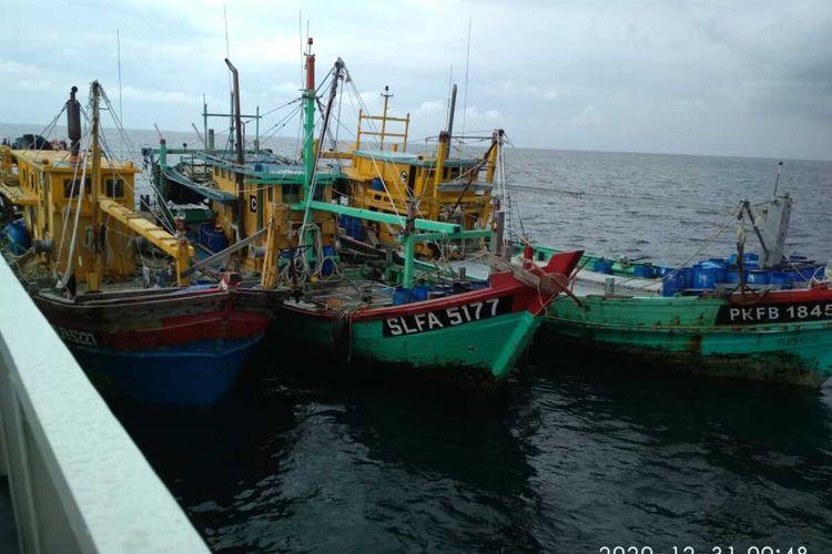 Tidak hanya satu kapal, KN Bintang Laut - 401 berhasil menangkap tiga KIA asal Malaysia sekaligus, dengan barang bukti sebanyak kurang lebih tiga ton ikan campuran.