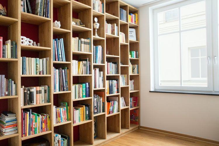 Ilustrasi rak buku di rumah.