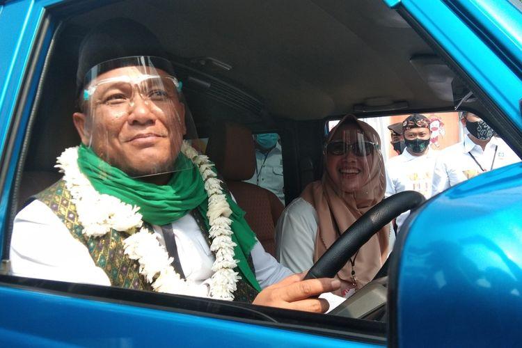 Pasangan bakal calon Bupati dan Wakil Bupati Karawang Ahmad Zamakhsyari-Yusni Rinzani saat mendaftar ke KPU Karawang pada Minggu (6/9/2020).