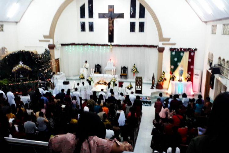 Ribuan umat Katolik, Kota Palopo,  Sulawesi Selatan, Selasa (24/12/2019) malam,  memadati Gereja Santo Michael untuk mengikuti perayaan ibadah Misa Malam Natal.