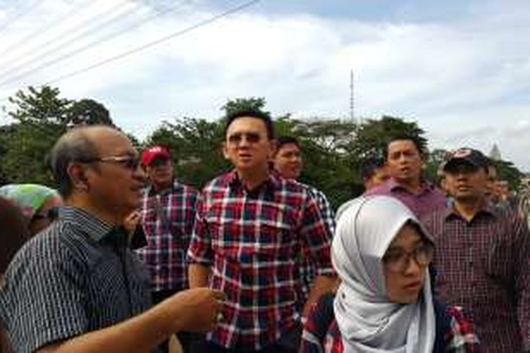 Gubernur DKI Jakarta non-aktif Basuki Tjahaja Purnama (Ahok) meninjau inspeksi Kali Ciliwung di Cililitan, Kramatjati, Jakarta Timur, Rabu (28/12/2016).
