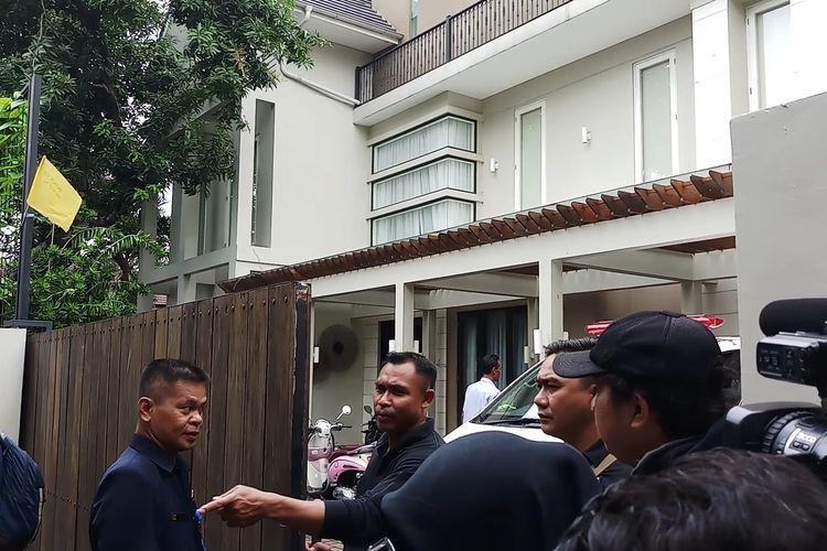 Sejumlah petugas keamanan berjaga di depan rumah duka, Selasa (18/2/2020).
