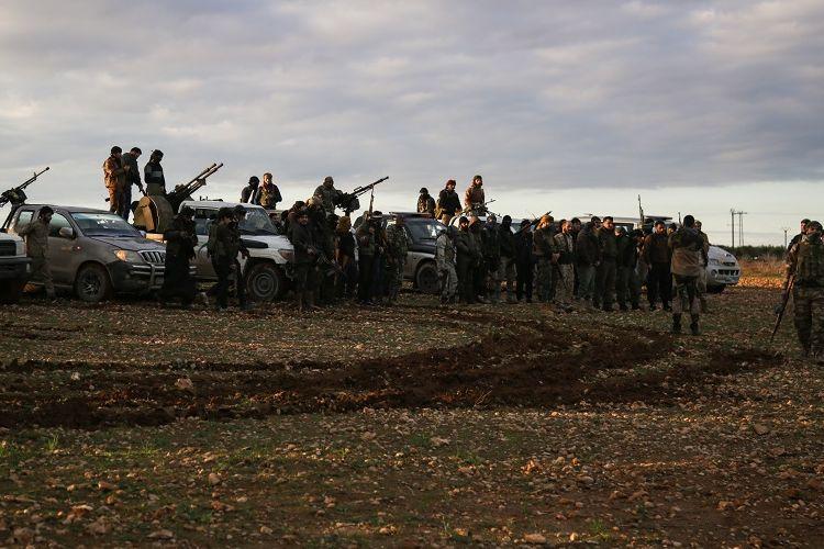 Milisi Suriah yang didukung Turki berkumpul bersama kendaraannya di dekat Manbij pada 28 Desember 2018.