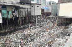 Rumah di Bantaran Kali Gendong Persulit Petugas Membersihkan Sampah
