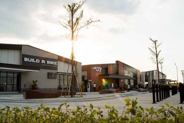 Tiga bangunan yang menjadi penghuni utama Pusat Sepeda, yaitu Build A Bike, ATR Cycling, dan Pacific Bike.