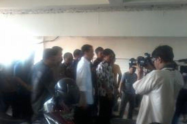 Joko Widodo kembali menilik perbaikan Blok G Pasar Tanah Abang, Jakarta, Kamis (15/8/2013). Untuk ke sekian kali Gubernur DKI Jakarta itu berkeliling mengenakan stelan kemeja putih dan celana hitam.