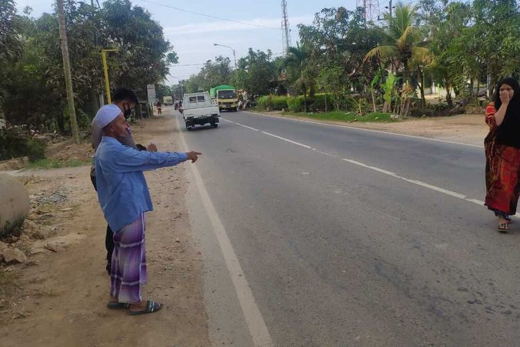 Sebuah mobil Toyota Fortuner menabrak remaja perempuan bernama Siti Maysaroh (11) hingga tewas, di Jalan Raya Peniraman, Kecamatan Sungai Pinyuh, Kabupaten Mempawah, Kalimantan Barat (Kalbar), Kamis (25/2/2021).