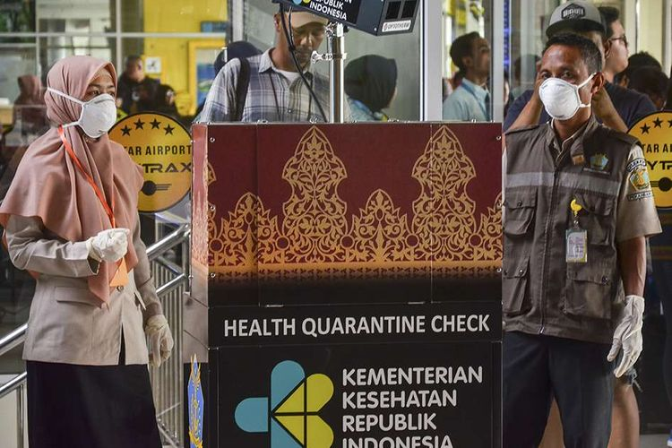 Petugas bandara dilengkapi masker melakukan pemeriksaan penumpang terkait antisipasi virus corona, di Bandara Internasional Sultan Syarif Kasim II di Pekanbaru, Riau, Kamis (23/1/2020). Hingga saat ini, sudah 12 negara di berbagai belahan Bumi yang positif mengumumkan terdampak virus corona yang dilaporkan sudah menjangkiti 1.300 orang dan membunuh 41 orang di China.