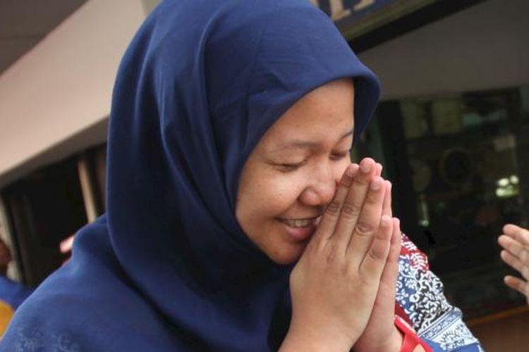 Terdakwa kasus pencemaran nama baik RS Omni, Prita Mulyasari, mengucapkan terima kasih atas simpati warga yang menemuinya di Kawasan Sabang, Jakarta Pusat, saat ia  menunggu mobil yang akan menghantarkannya menuju salah satu stasiun televisi swasta, Senin (11/7/2011).  Walaupun hanya bisa pasrah, paska Mahkamah Agung memenangkan gugatan pidana jaksa penuntut umum, Prita masih berharap tidak ada penahanan terhadap dirinya. KOMPAS/WISNU WIDIANTORO