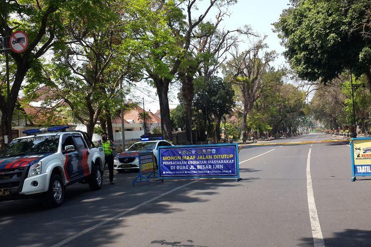 Jalan Ijen Kota Malang ditutup untuk membatasi kegiatan warga, Sabtu (26/9/2020).