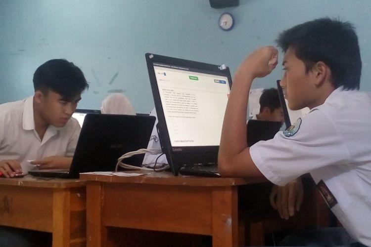 Siswa SMAN 6 Garut peserta Ujian Nasional tengah mengerjakan soal UN berbasis komputer, Senin (1/4/2019)