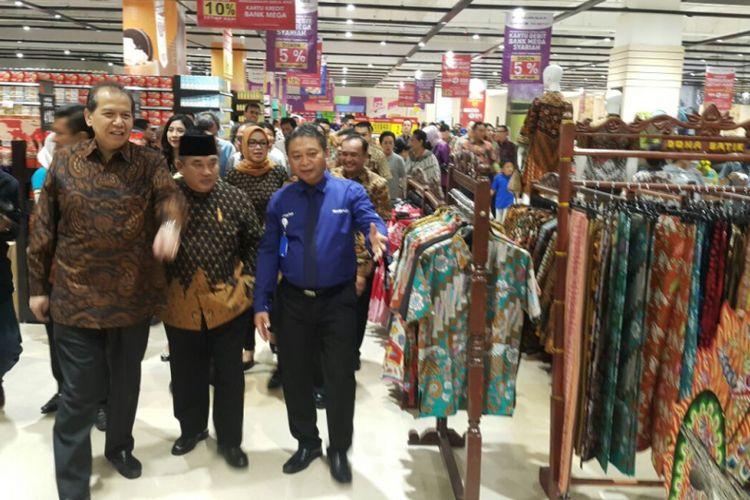 Chairul Tanjung dan Bupati Sukoharjo, Wardoyo Wijaya melihat produk lokal milik UMKM yang dijual transmart baru di Pabelan, Kabupaten Sukoharjo, Jumat ( 1 / 12 / 2017) .