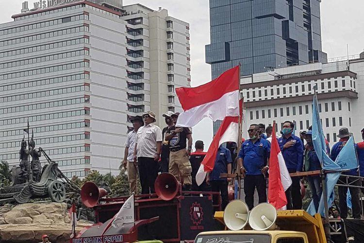 Massa buruh melakukan orasi dalam unjuk rasa tolak omnibus law dan menuntut peningkatan upah minimum pada tahun 2021. Aksi dilakukan di patung kuda arjuna wiwaha, Jakarta Pusat, Senin (2/11/2020).
