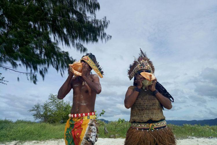 Terompet kerang ala suku di Papua, sedang dipraktikan oleh komunitas noken, di Pasir timbul Urun, kampung Yansawai Pulau Batanta, Raja Ampat, Selasa (18/10/2017).