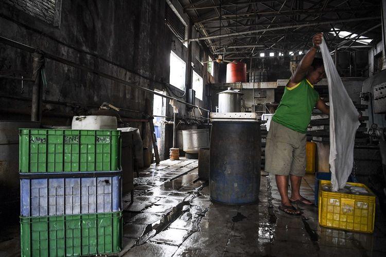 Pekerja menyuci kain penyaring saat menggelar aksi mogok berproduksi di salah satu pabrik tahu di Jakarta, Sabtu (2/1/2021). Sejumlah produsen tahu dan tempe di Jabodetabek menggelar aksi mogok berproduksi sebagai protes dari naiknya harga kedelai di pasaran yang mencapai Rp9.000 per kilogram dari harga normal Rp7.000 per kilogram. Mereka berharap pemerintah segera mengambil kebijakan menurunkan harga kedelai karena membebani pelaku usaha UMKM tersebut. ANTARA FOTO/Hafidz Mubarak A/pras.