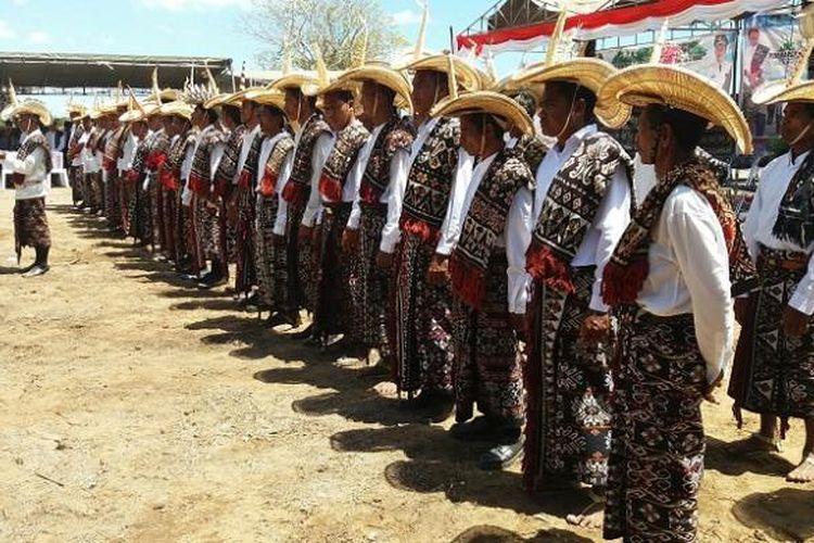 Manoholo (pengawas adat) asal Kabupaten Rote Ndao, Nusa Tenggara Timur (NTT) dikukuhkan oleh Bupati setempat untuk mengawasi pesisir dan laut mereka yang masuk dalam kawasan Taman Nasional Perairan (TNP) Laut Sawu