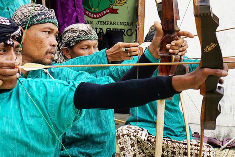 Warga Kampung Langenastran, Yogyakarta, mencoba menghidupkan kembali jemparingan, seni memanah gaya Mataram Kuno. Warga meyakini leluhur mereka, Prajurit Langenastro Keraton Ngayogyakarta Hadiningrat, ahli dalam memanah.
