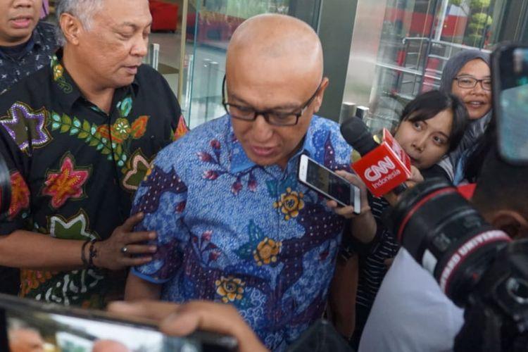 Bupati Buru Selatan Tagop Sudarsono Soulissa memberi keterangan usai memberi keterangan pada penyelidik KPK di Gedung Merah Putih KPK, Kamis (12/3/2020).