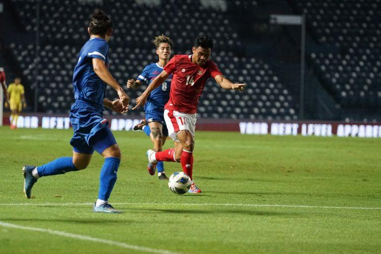 Asnawi Mangkualam beraksi bagi timnas Indonesia kontra Taiwan pada laga leg pertama playoff Kualifikasi Piala Asia 2023 di Chang Arena, Buriram, Thailand, pada Kamis (7/10/2021).