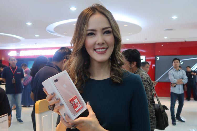 Cathy Sharon turut mengantre untuk membeli iPhone 7 di Galeri Smartfren Sabang, Jakarta, Jumat (31/3/2017).