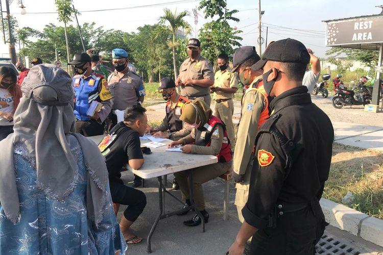 Tim gabungan melakukan operasi yustisi penegakan protokol kesehatan di Surabaya.