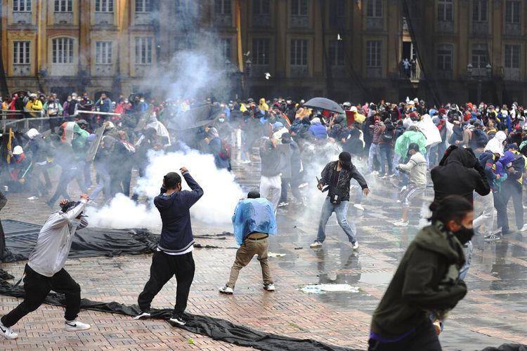 Pengunjuk rasa antipemerintah bentrok dengan polisi di Bogota, Kolombia, Rabu, 5 Mei 2021.