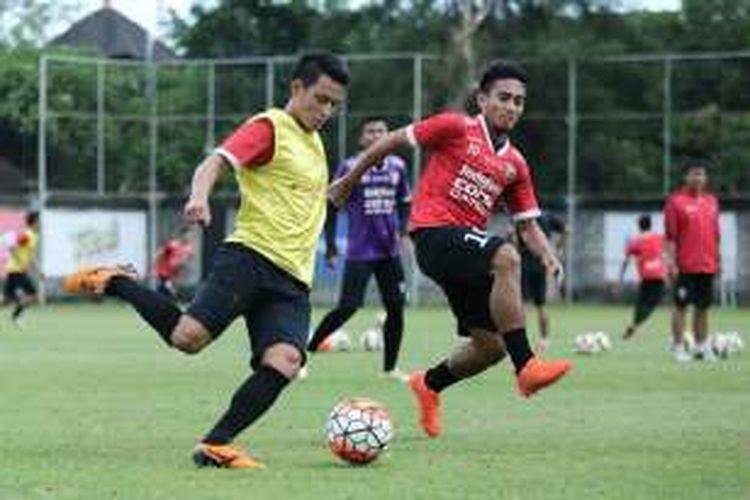 Bek Bali United, Dias Angga, berusaha melewati rekannya, Taufiq.