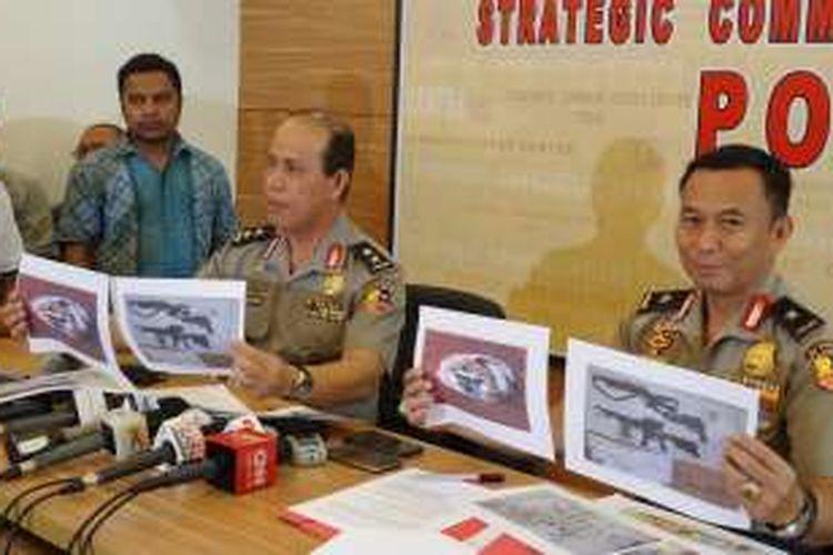 Kepala Divisi Humas Polri Irjen Pol Boy Rafli Amar (kiri) dan Kepala Bagian Penerangan Masyarakat Brigjen Pol Agus Rianto merilis penangkapan teroris di Surabaya, Kamis (9/6/2016).