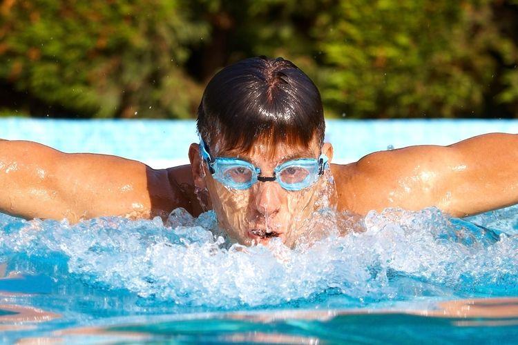Berenang dengan kacamata renang