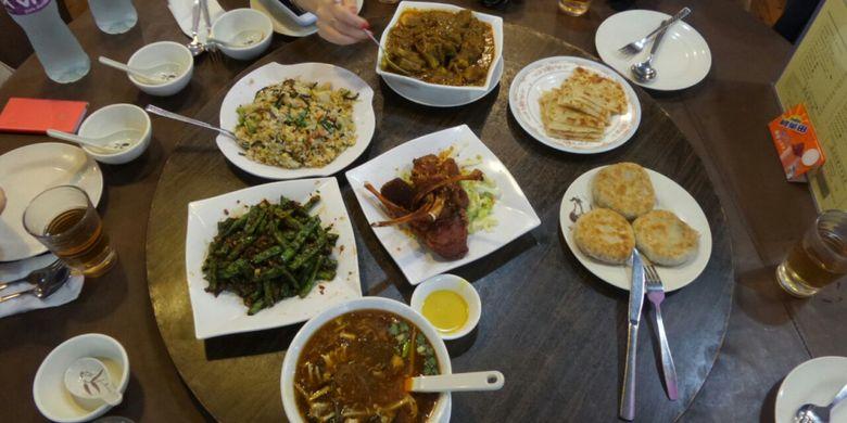 Sejumlah menu makanan halal di Mas Restaurant di Cheung Sa Wan Road, Sham Shui Po, Kowloon. Salah satu menu unggulan di restoran tersebut adalah Lamb Chop (tengah).