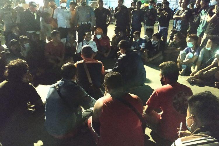 Para sopir masih negosiasi dengan aparat kepolisian dan Pelni, memastikan mereka bis berangkat KM Egon.