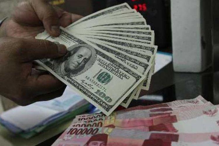 Teller menghitung uang dolar AS di banking hall salah satu bank BNI di Jakarta Pusat beberapa waktu lalu