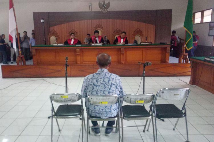 Mantan Bupati Bandung Barat Abubakar tengah duduk di kursi pesakitan mendengarkan putusan hakim menjatuhkan pidana lima tahun enam bulan kepadanya dalam sindang putusan di Pengadilan Tipikor Bandung, Kota Bandung, Jawa Barat, Senin (17/12/2018).