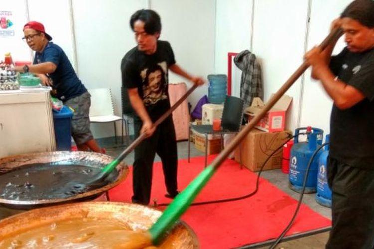 Proses penagdukan dodol betawi denagn kenjeng atau penggorengan besar berbahan kuningan selama empat jam.