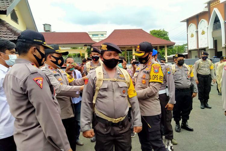 Polres Jember saat melakukan pengecekan pengamanan PIlkada Jember Selasa (1/12/2020)