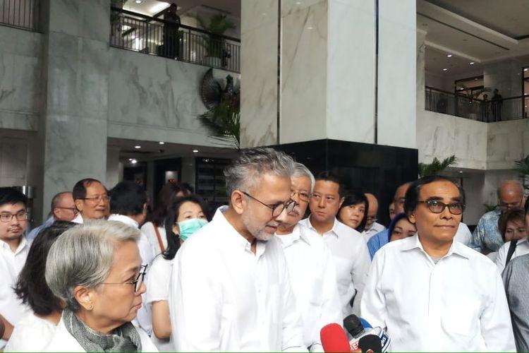 Para nasabah korban Jiwasraya memberikan keterangan pers kepada awak media usai mendatangi Gedung Kementerian Keuangan, Jakarta, Kamis (6/2/2020).