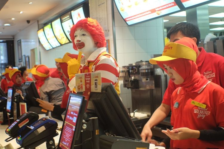 Pramusaji melayani pembagian 1.000 cihicken muffin di McDonalds national breakfast day