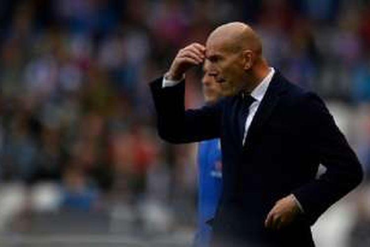 Pelatih Real Madrid, Zinedine ZIdane, mengawasi permainan timnya saat melawat ke kandang Deportivo La Coruna, Sabtu (14/5/2016).