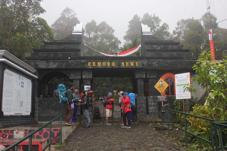 Memasuki libur panjang jumlah pendaki Gunung Lawu di Cemoro Sewu mengalami peningkatan.  Pendaki di hari biasa tidak sampai 100 pendai, namun menjelang pergantian tahun baru bisa meningkat 2 hingga 3 kali.