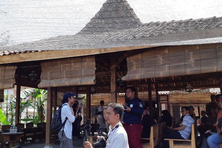 Set pedesaan dan rumah yang digunakan untuk keperluan syuting Bumi Manusia di Desa Gamplong, Yogyakarta. Saat ini, studio tersebut sudah dibuka untuk umum dan dijadikan lokasi wisata. Foto diambil Selasa (13/8/2019).
