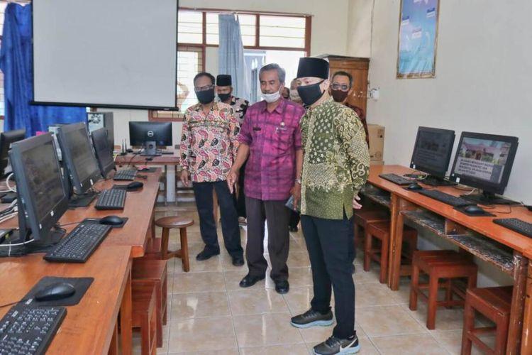 Bupati Trenggalek Jawa Timur Mochammad Nur Arifin (Kanan berpeci) meninjau persiapan pembelajaran tatap muka, di salah satu SMP di Kecamatan Watulimo (06/08/2020).