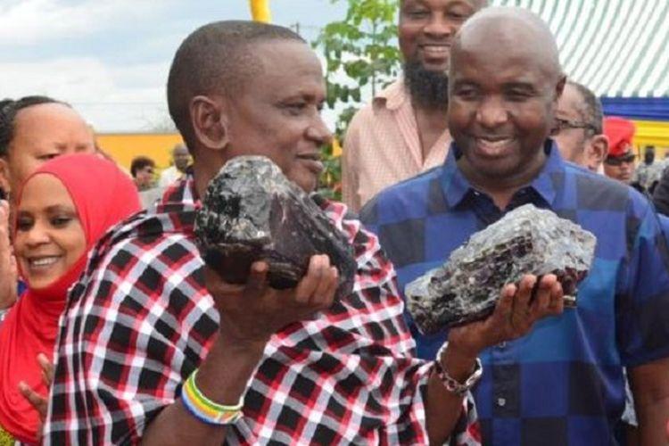 Saniniu Laizer, pria 52 tahun di Manyara, Tanzania. Dia menjadi sorotan setelah kaya mendadak karena menjual dua Tanzanite, batu mulia yang disebut-disebut salah satu terlangka di Bumi, di mana temuannya sejauh ini adalah yang terbesar di Tanzania.