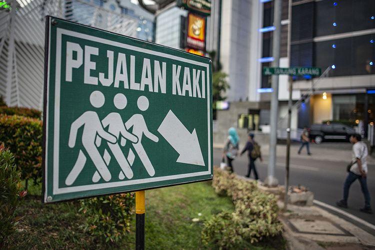 Foto dirilis Jumat (6/3/2020), memperlihatkan papan petujuk untuk pejalan kaki terpasang di kawasan Transit Oriented Development (TOD), Jalan Sudirman, Jakarta. Kenyamanan dan keselamatan bagi seluruh pejalan kaki di Jakarta hadir melalui pembangunan dan revitalisasi jalur-jalur pedestrian sebagai bagian dalam mendukung gerakan pejalan kaki.