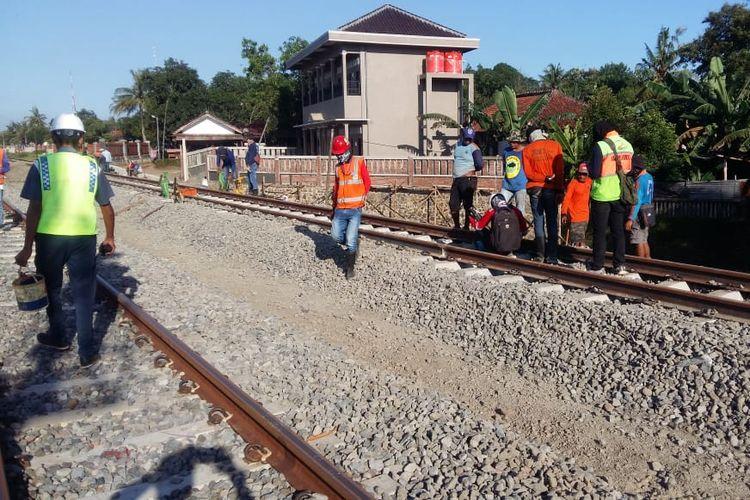 Pekerja sedang melakukan pekerjaam rel ganda di sekitar Stasiun Sumpiuh, Banyumas, Jawa Tengah, baru-baru ini.